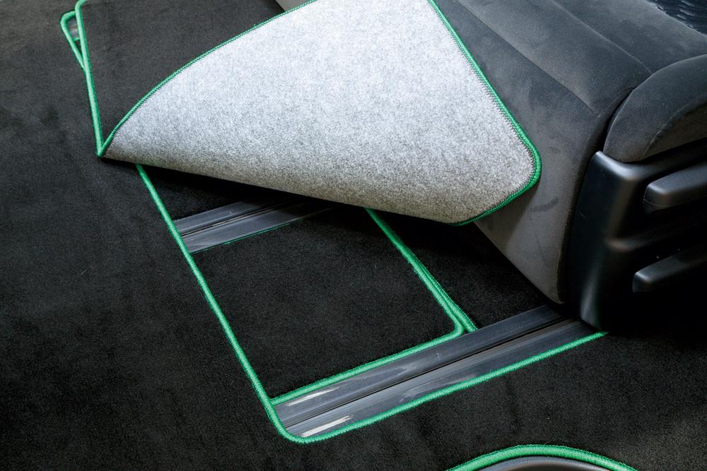2列目シートを前にスライドさせるときは、分割式のマットのシート側を外せばスライドレールが現れる。それからシート前に動かす