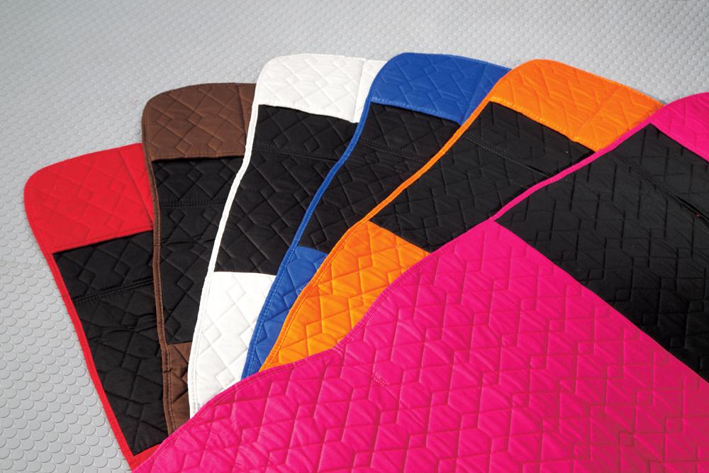 カラーは全6色の設定。シートカバーの上部、肩にあたる部分は全色とも黒になる