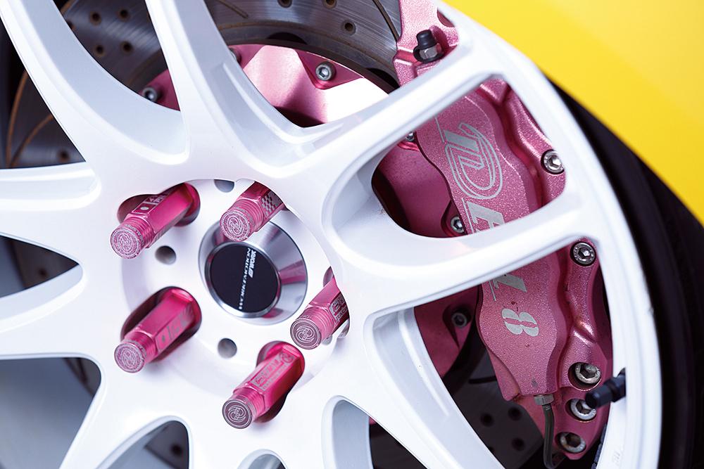 白ディスクが新鮮なワークエモーション極。イデアルのブレーキ&ナットはピンクで揃え、ほんの少しだけ女性らしさを主張