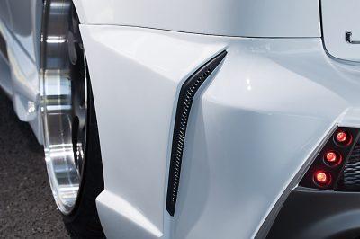 リアバンパーの両サイドには縦長のダクトを。タイヤハウスの空気を抜く機能性を持たせた、必然性を伴った造形