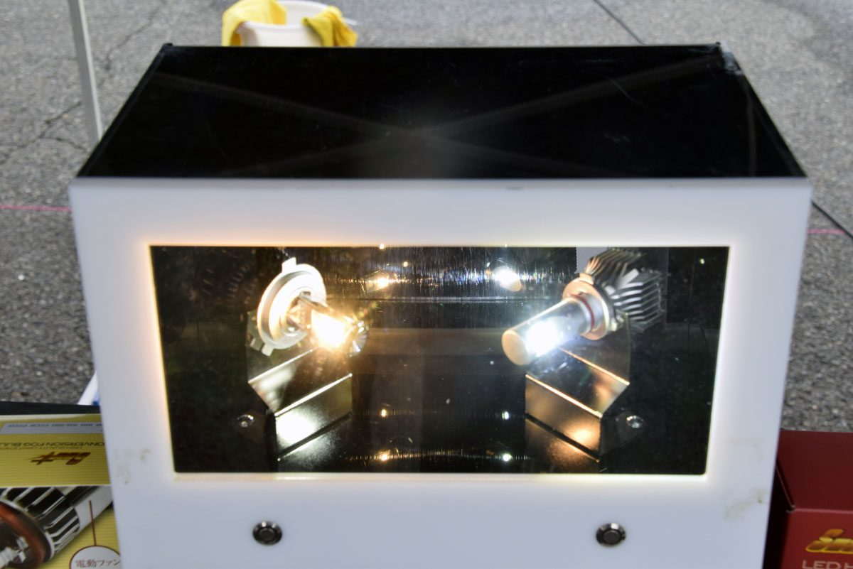 左が暖色系LEDバルブ。右は従来からのLED。色味が明らかに異なるのがわかる