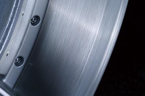 リムは金属感を強調させるブラッシュド仕様。リバースリムの2ピース鋳造構造