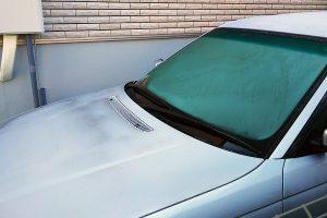 フロントガラスが割れる!寒い日のデフロスター使用は要注意!!