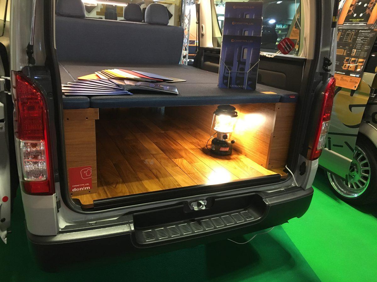 【大阪オートメッセ2017】車内はカジュアルにデニム仕様で飾るのがオシャレ