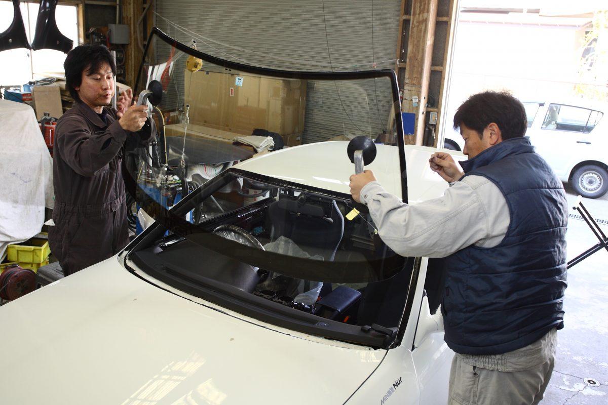 「接着剤」が窓ガラスをボディ補強パーツに進化させる