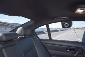 炎天下の車内温度上昇を抑制する「ソーラーファン」