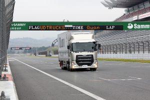 富士スピードウェイで大型トラック「クオン」を全開試乗!