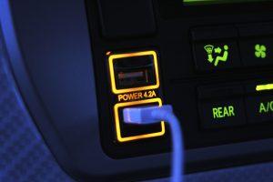 スマホの充電をスマートに!トヨタ車用「USBポート」登場