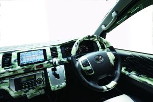 アパレル定番の「アーミールック柄」を車内に取り入れる新発想!