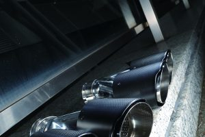 テールエンドをスパルタンに演出する「カーボン製マフラーカッター」という選択