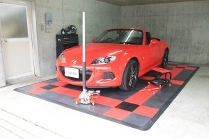 ガレージに敷くだけでオシャレ空間を創造する「フロアタイル」