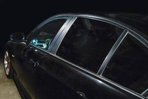 車種別カット済み「カーボンピラーシート」は質感リアルで貼りやすい