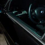 【画像】車種別カット済み「カーボンピラーシート」は質感リアルで貼りやすい