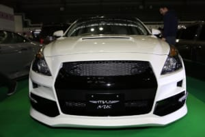 日産ティアナが「35GT-R」風フェイスに変身する、変わり種エアロを大阪で発見!【大阪オートメッセ2018】