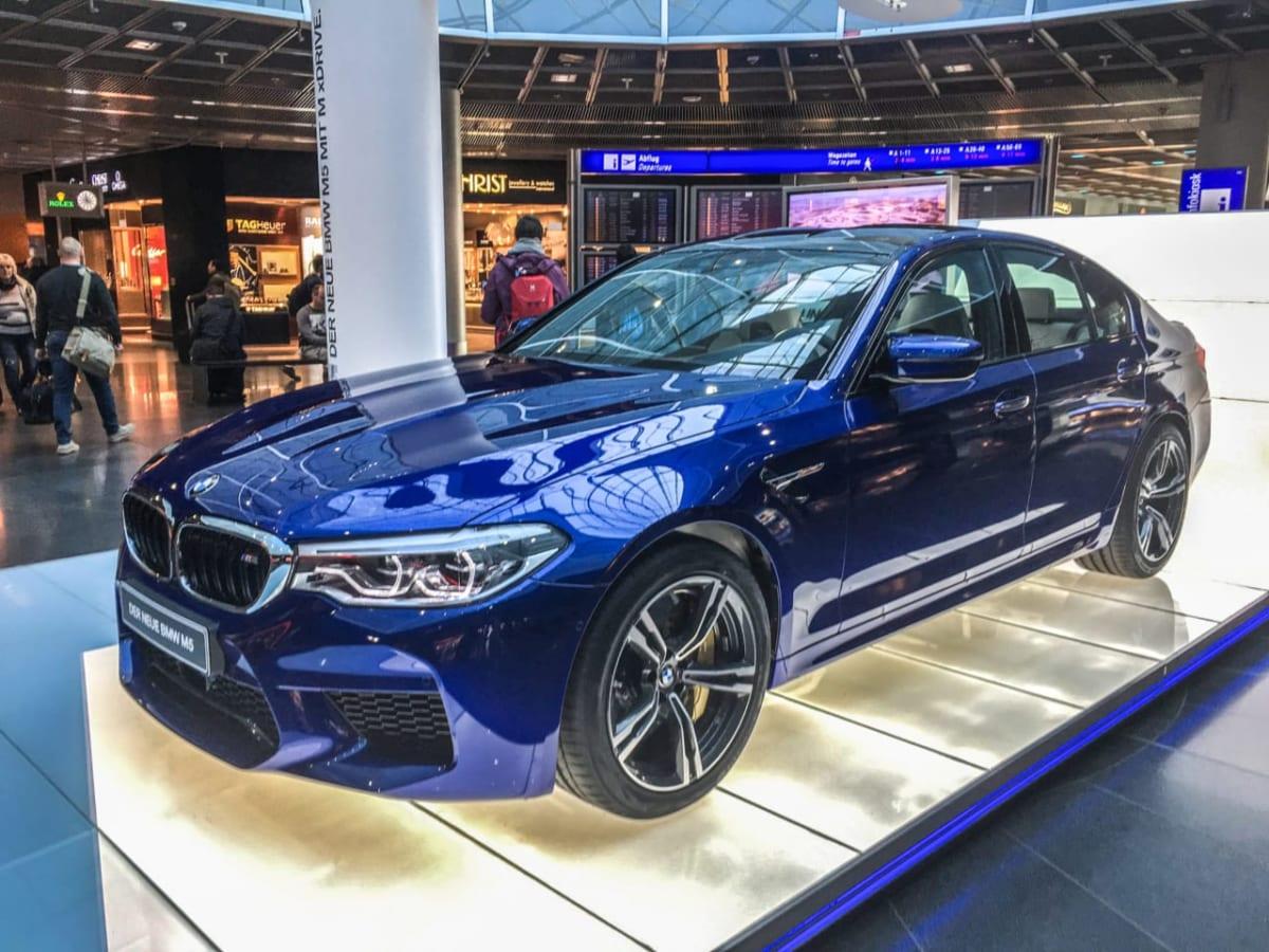 フランクフルト空港で「新型BMW M5」を発見! ハイパワーを支えるタイヤの正体は?