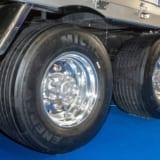 【画像】展示トラックのスケールも半端なし! ドライバー必見の便利グッズ&最新情報