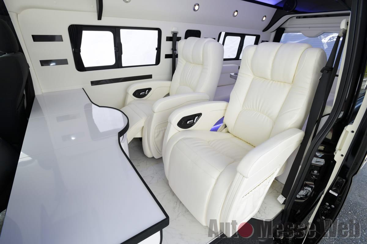 「ハイエース・注目インテリアメイク第4弾」黒と白でキメたシンプルビューティは車中泊もOK!!