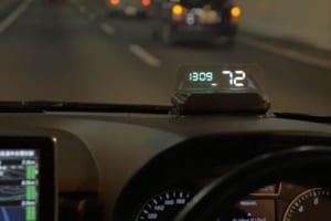 視線移動を減らす、自動車用ヘッドアップディスプレイに最新モデル