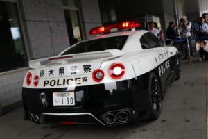 悲しいけど嬉しい!? R35GT-Rパトカーでも違反者はリアシートでキップにサイン
