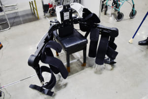 脊髄損傷者が再び自らの足で歩ける!歩行支援ロボットの進化がすごい