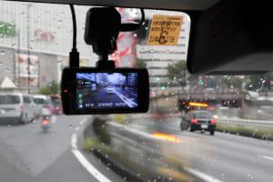 後続車の煽り運転対策に最適!瞬時に録画できる2カメラ式ドライブレコーダー「DVR3100」