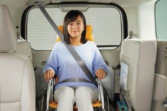 「車いす乗車の方」の車内事故を予防!スロープ式福祉車での正しいシートベルト着用法