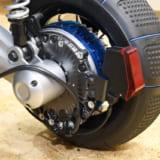 【画像】シニアカーの行動半径が拡大!悪路も走れそうな大径タイヤを装着