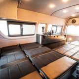 オートキャンプに最適!最長3400mmのベッドを備えるハイエース・キャンピング仕様