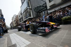 F1マシンが東京の公道を走る! 「レッドブル・ショーラン東京」が開催