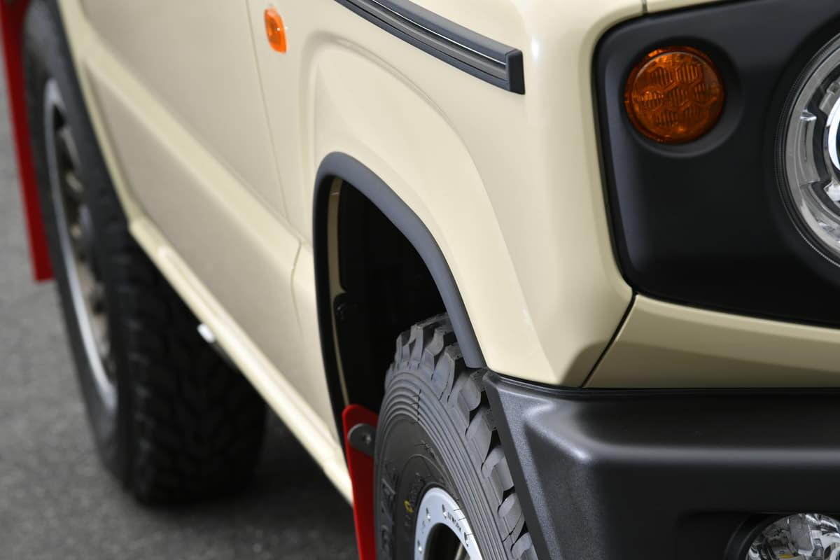 タイヤが巻き上げる汚れの付着を抑制! 泥んこ遊びで効果を発揮する「マットブラックフェンダーモール」