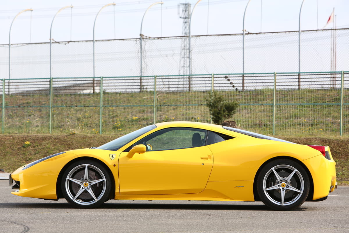 【レーシングドライバーが解説】なぜ、スーパーカーは車体の中央にエンジンがある?