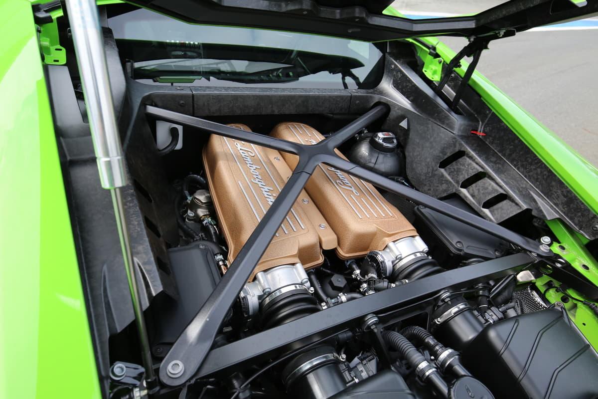 なぜスーパーカーは真ん中にエンジンがある?
