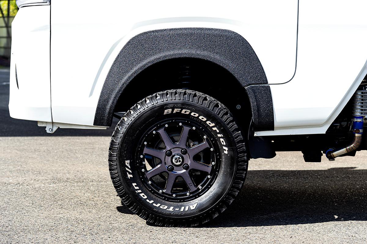 オフロード車やハイエースが好んで履く「ホワイトレタータイヤ」の紹介