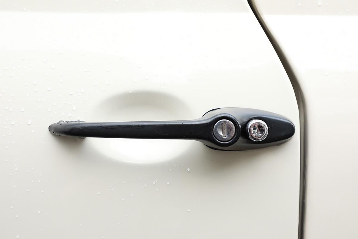 キーシリンダーを新調したローバーミニのドアノブ