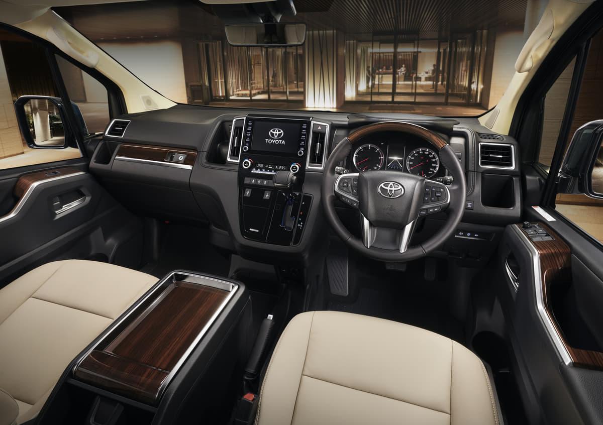 国内随一の巨大ミニバン「トヨタ・グランエース」のカスタムが凄すぎる