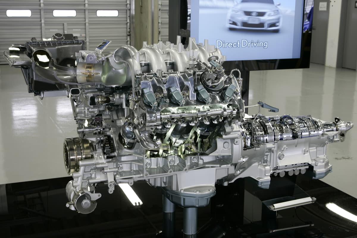 レクサスのFは高性能スポーツモデル、5リットルV型8気筒エンジン、Fスポーツは足廻りなどスポーツ走行に特化したラグジュラリーカー