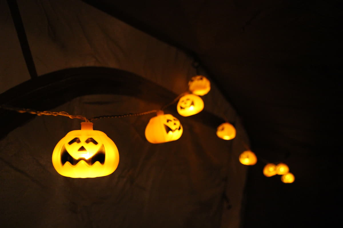 キャンプの夜に欠かせないランタンの種類と灯の具合が変わる設置方法のアドバイス