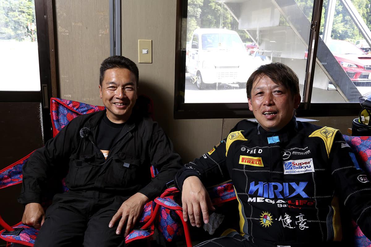 「タカニィchannel」の主宰、レーシングドライバーの大野尊久さんと「フォンフォン」をつくった部長