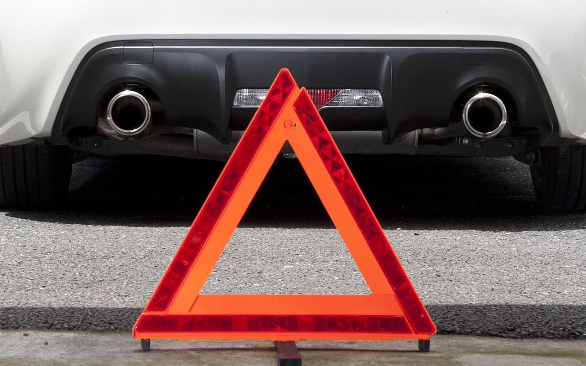 クルマのトラブル時に設置する停止表示板
