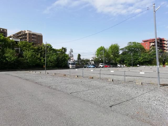 錆びを誘発しやすい砂利の駐車場